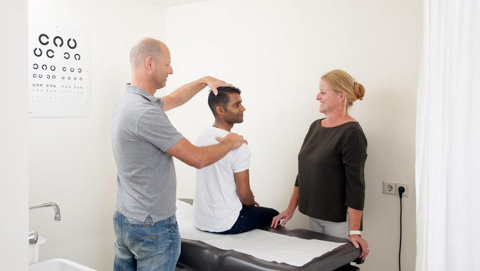 Fysiotherapeut en huisarts doen samen een spreekuur